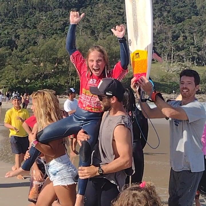 Campeão do Circuito Municipal Garobapense de Surf, Joaquin Boccanera Tamain, sendo carregado por várias pessoas na Praia da Ferrugem, em Garopaba, após vencer o campeonato em primeiro lugar na categoria sub-12