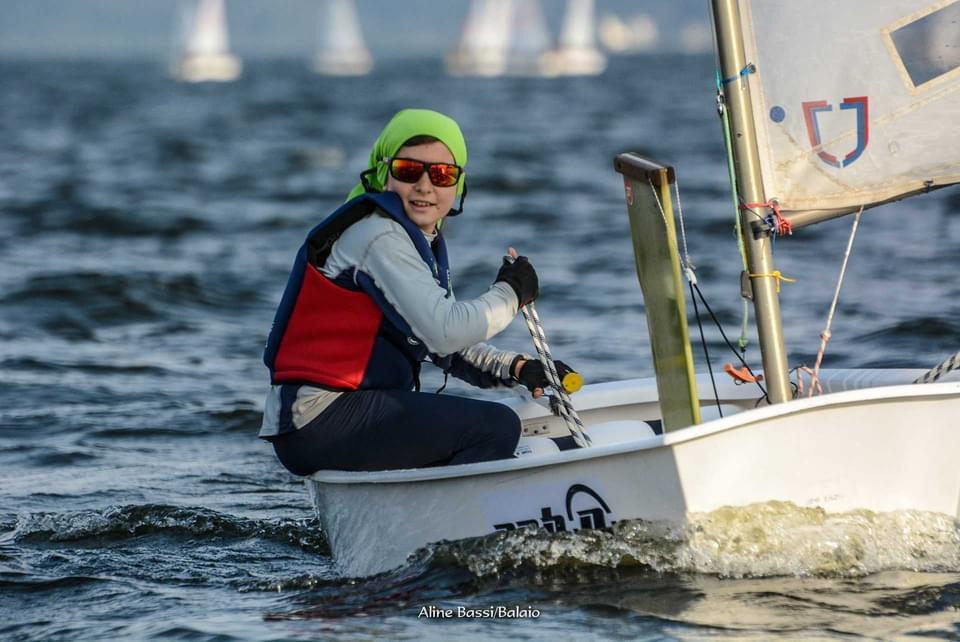Estudante de 12 anos em barco a vela, estilo optimist, em campeonato de iatismo em São Paulo