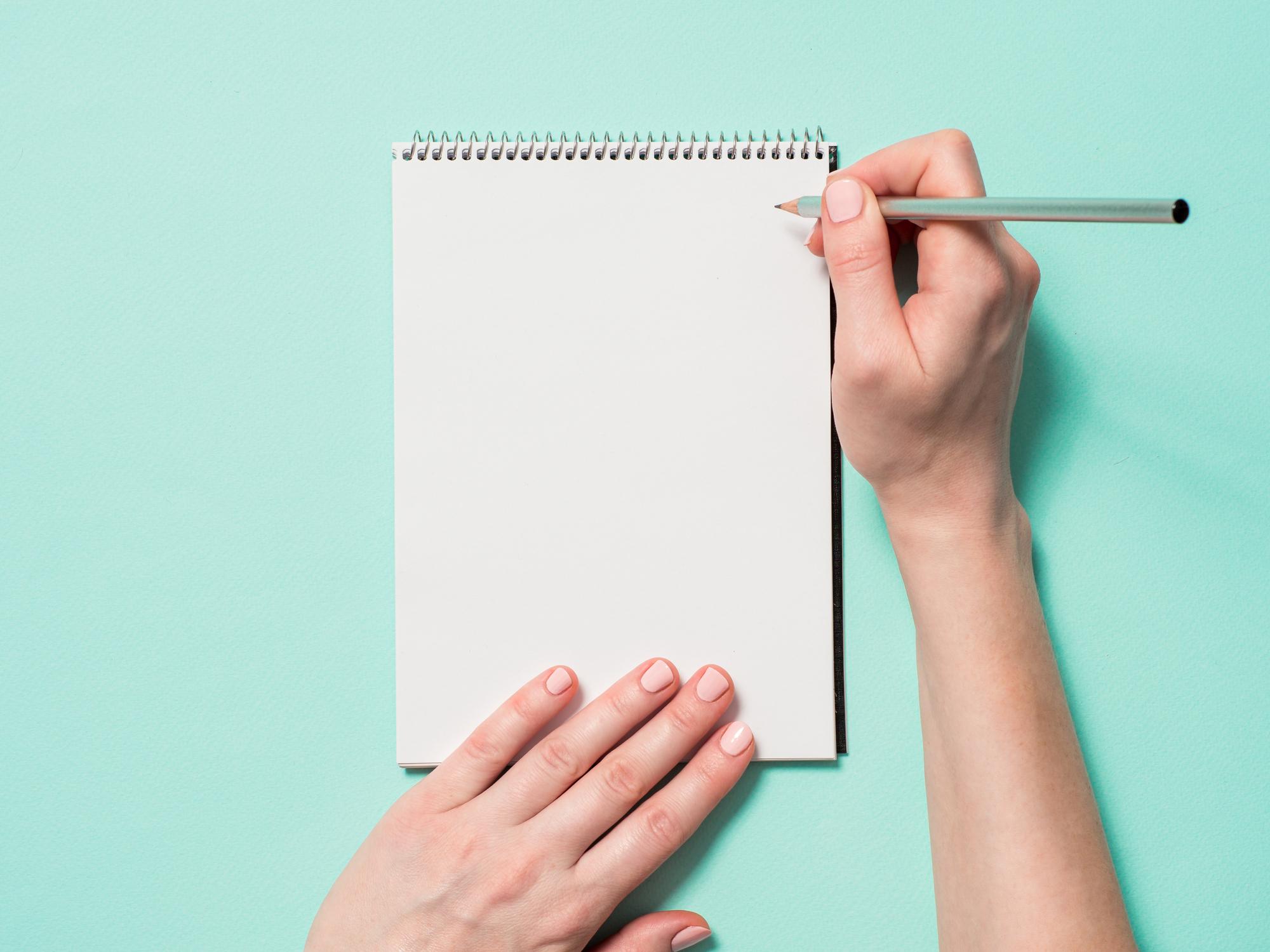 Estudante escrevendo redação do Enem