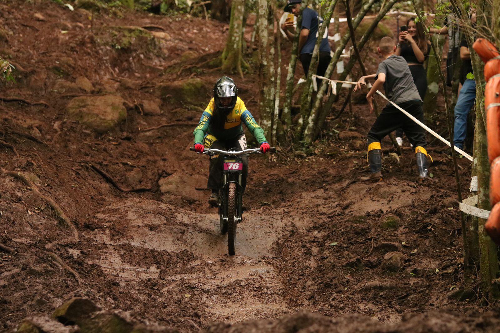 A jovem Liandra Heimann, descendo um terreno acidentado de bicicleta no Campeonato Paranamericano de Downhill