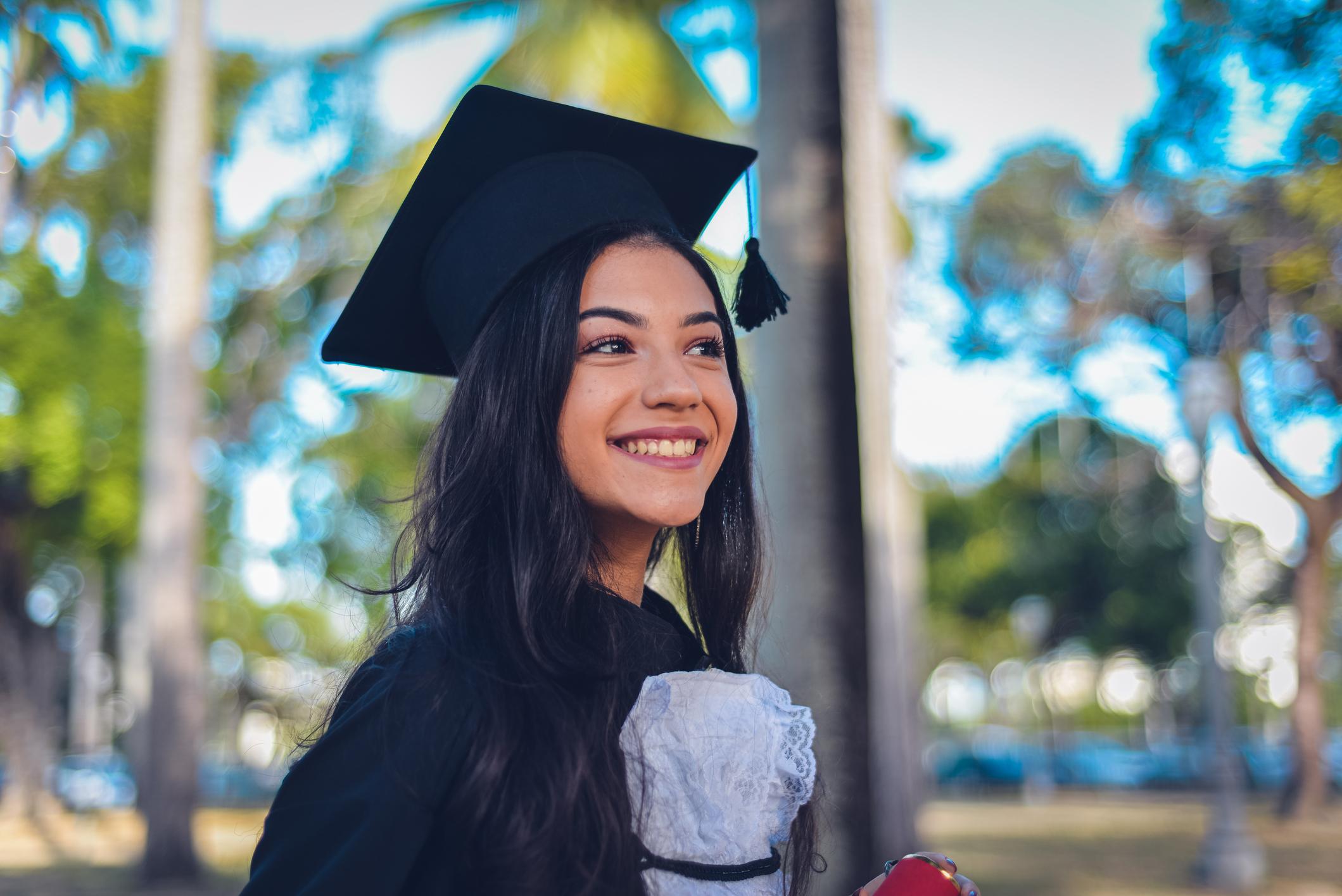 Estudante concluindo curso de nível superior, após ingressar na faculdade por meio do SiSU
