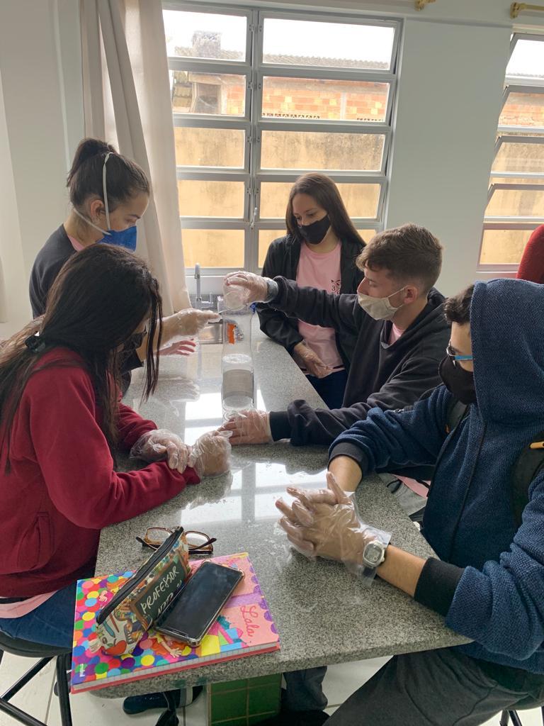 Alunos no laboratório de química da EEB Professora Gracinda Augusta Machado, de Imbituba, trabalhando na produção de itens de higiene para a feira de ciências da escola